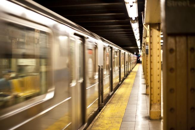 Man dies, 5-year-old survives in apparent subway leap