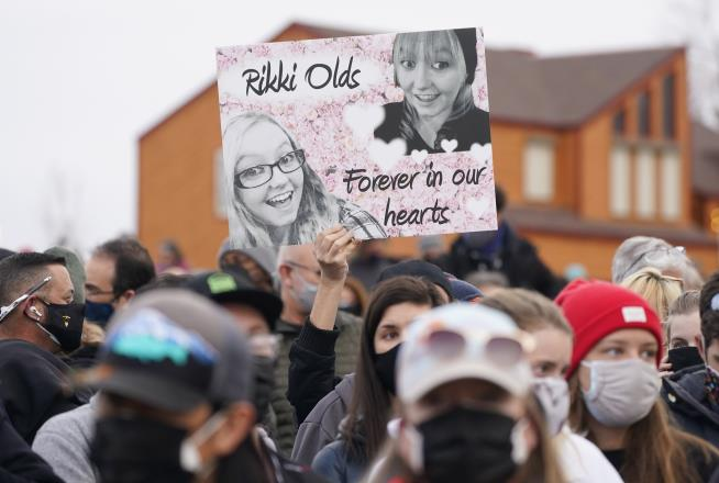 Thousands Gather to Mourn Boulder Victims