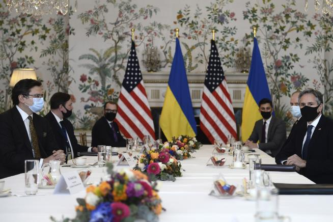 Biden Urges Putin to 'De-Escalate' Ukraine Tensions
